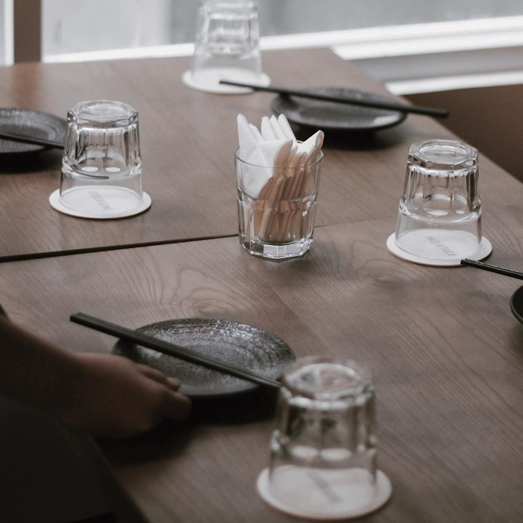 Nhà hàng 030 Cuisine sử dụng lót ly giấy Beermat trang trí