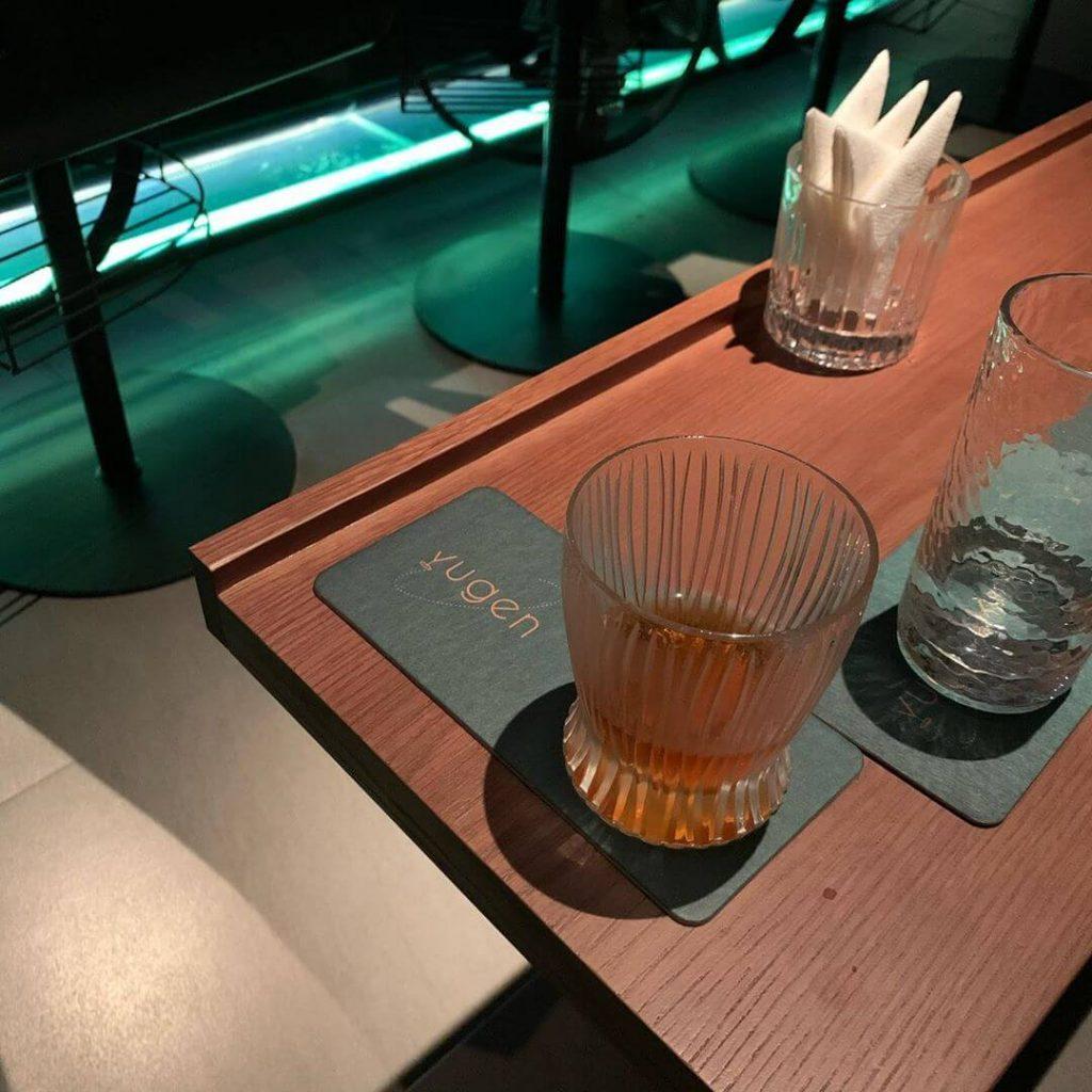 Đế lót ly Yugen Bar có thể đựng được 2 ly nước lọc và cocktail